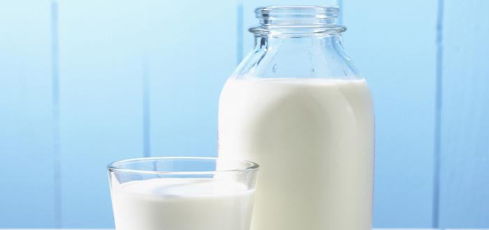 Bí quyết chăm sóc da nhạy cảm 6: Rửa mặt với sữa tươi