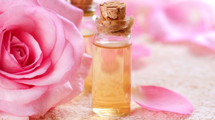 Bí quyết chăm sóc da nhạy cảm 7: Sử dụng nước hoa hồng