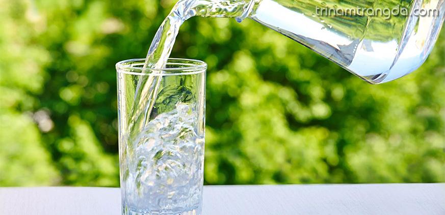 Uống đủ nước để dưỡng ẩm cho da khô