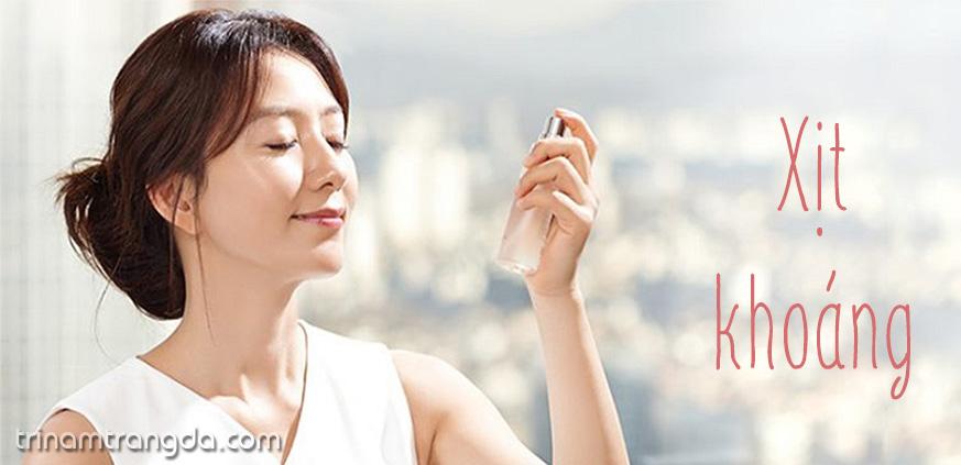 xịt khoáng sẽ giúp bạn giữ cho lớp make up lâu hơn
